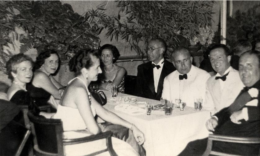 Fiesta en el Club cantábrico de San Sebastián, agosto 1952. El segundo por la dcha. Es el  Dr. Javier Arbide Allende, de San Sebastián, y su esposa en quinto lugar a continuación del Dr. Sáenz de Pipaón, cuya esposa Mercedes Mengs Fiscowich es la primera por la izqda.