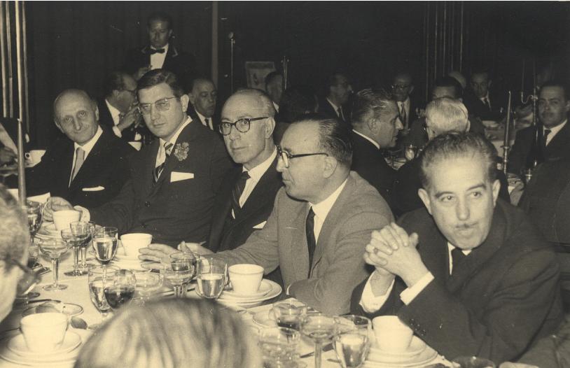 Reunión Odontológica, Madrid, mayo 1962. En primer plano, de dcha. a izqda., Dr. Antonio Bascones Pérez, Dr. Teodoro Aranzábal (Vitoria), Dr. Sáenz de Pipaón, Dr. Víctor Sada Tejero y Dr. Augusto Bartak Fenzl. En segundo plano se advierte al Dr. Vicente Alonso Jiménez.
