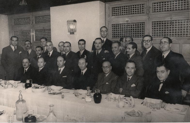 I Symposium Internacional de Endodoncia, Barcelona, 1958. En la mesa, sentados se advierte, entre otros, a los Drs. Ruiz Esquiu, Vinuesa, Muñiz Toca, Dancausa, Filgueira. En segunda línea, el Dr. Fernández Coello de Portugal, detrás, el más alto, el Dr. Sáenz de Pipaón.